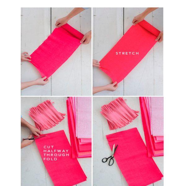 Растяните лист гофрированной бумаги, сложите его несколько раз пополам. Если вы хотите получить гирлянду большого размера, необходимо предварительно склеить листы бумаги между собой.