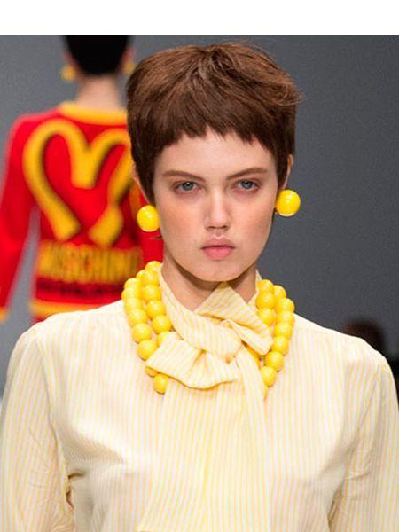 Самая модная прическа на короткие волосы сезона осень-зима 2014-2015 – это, конечно, боб. С очень короткой неровной челкой и достаточно большим объемом сверху