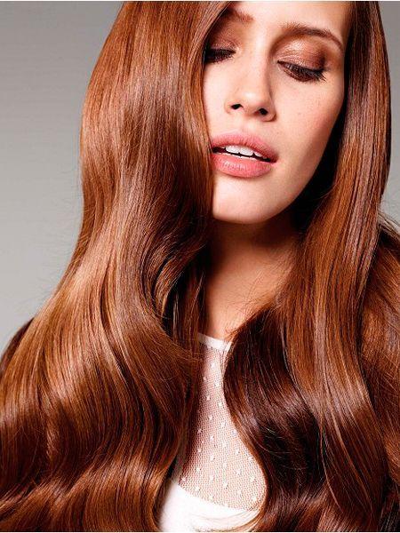 Одним из модных направлений в сезоне осень-зима 2014-2015 считаются блестящие волосы – от корней до кончиков. Сияние и блеск волос говорят об их здоровье и ухоженности.