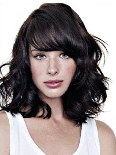 Пляжные волны на волосах всё ещё актуальны, но они стали более мягкими и беспорядочными. Чтобы добиться эффекта мягких, слегка взъерошенных волос, вы можете вымыть голову только с кондиционером, не используя шампунь.