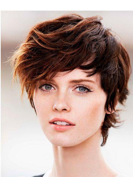 Shag в переводе с английского означает — «лохматый». Волосы не должны опускаться ниже подбородка, тогда на голове можно соорудить самый настоящий арт-хаус. Shag подразумевает обозначение лишь некоторых внешних прядей, которые простригаются или филируются.