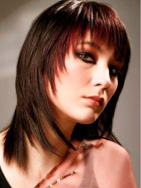 Обладательницам тонких волос средней длины стилисты рекомендуют присмотреться к стрижке Лесенка. При такой стрижке волосы кажутся более объемными, а лицо приобретает более четкий контур, что немаловажно.