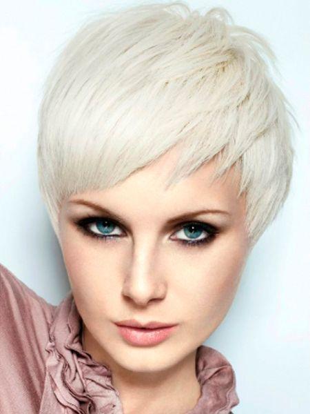 Новые тенденции затронули и пепельный блонд. Если раньше его выбирали многие девушки, независимо от длины и типа волос, то теперь этот оттенок предназначен только для коротких и ультракоротких стрижек.