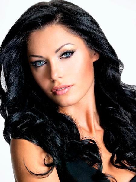 Обладательницам карих глаз и темной кожи лучше всего окрасить свои волосы в насыщенный черный. Такой оттенок волос идеально подчеркнет природную красоту.
