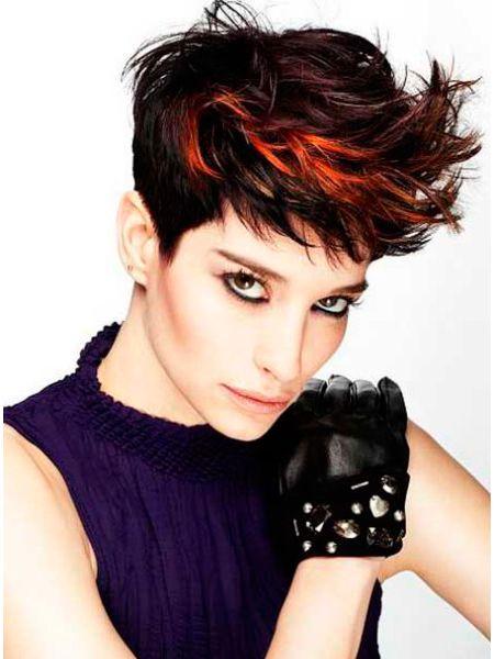 В дополнение к ярким акцентам на волосах, можно экспериментировать с некоторыми методами окраски, сосредоточив внимание на резком контрасте между натуральными волосами и оттенками красного.