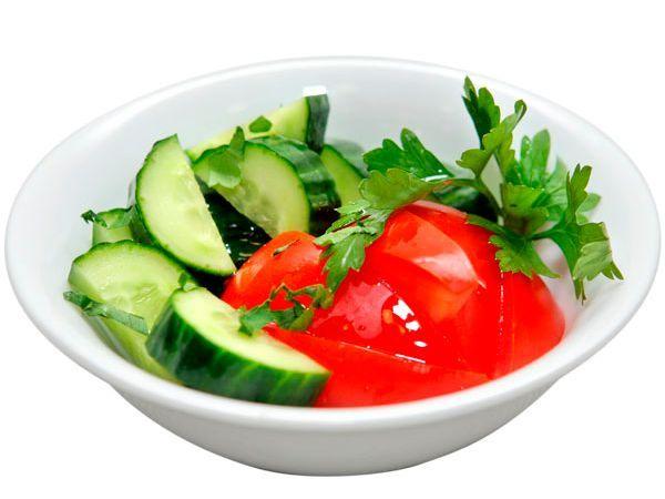 Овощной салат для похудения хорош не только своим витаминным состав, но и тем, что по-настоящему малокалорийный салат можно кушать без особых ограничений. Хорошего эффекта можно достигнуть, если заменять порцией овощного салата для похудения свой ужин.