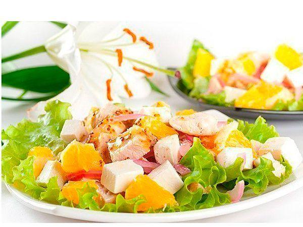 Если у вас есть отварной кусочек куриной грудки, то вы можете приготовить вкусный и полезный салат к ужину за считанные минуты. Для этого следует нарезать ломтиками мясо, добавить маринованный красный лук, дольки апельсина и заправить несколькими каплями оливкового масла. Можно добавить ломтики сыра.