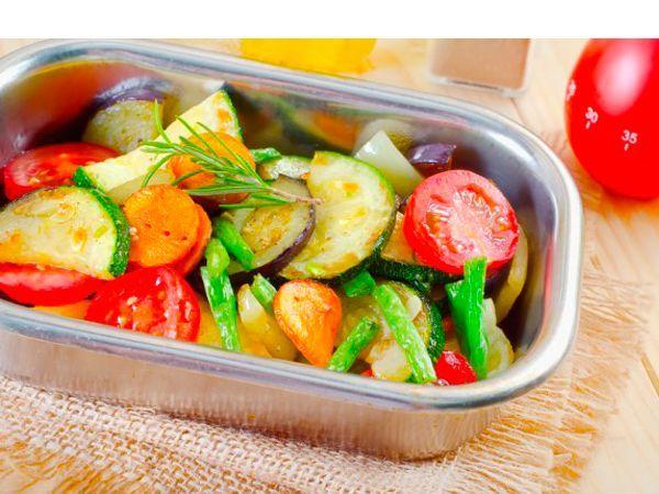 Овощная рапсодия. Для этого блюда следует нарезать кабачок цуккини, помидоры, чеснок, базилик и петрушку, затем выложить в форму запечь все это в духовке. Невероятный аромат и легкий вкус!