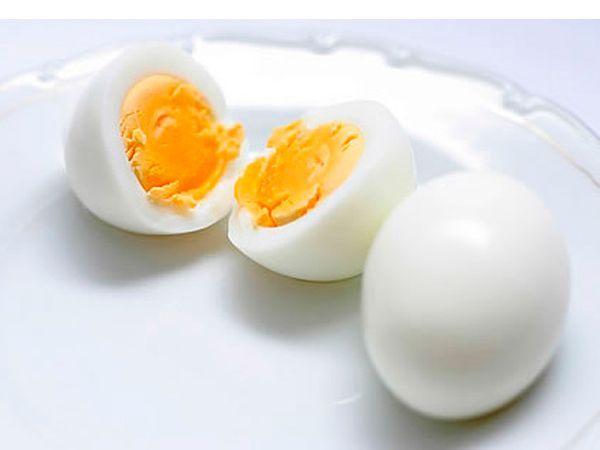 В одном яйце всего лишь 75 килокалорий. Отсюда вывод: яйцо для похудения совершенно уникальный природный продукт. Съедать 1–2 штуки в день вполне можно. Исключение – для тех, у кого уже повышен холестерин и больных сахарным диабетом.