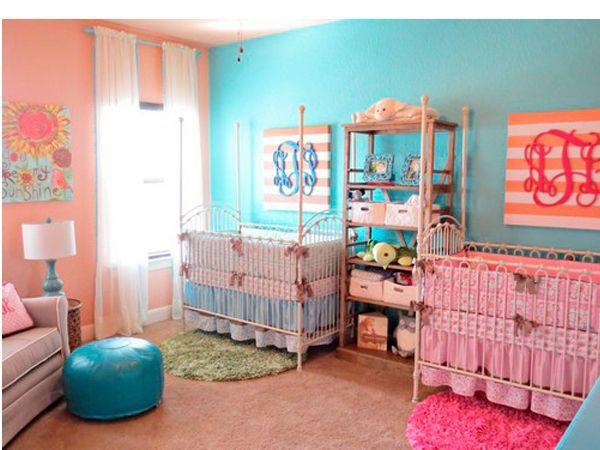 Чем больше в комнате свободного места, тем удобнее детям. Но родители должны помнить, что интерьер, ориентированный на мебель в виде двух детских кроваток, прослужит не более трех лет (когда дети вырастут, мебель придется менять).