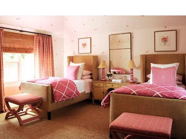 Сначала дизайн комнаты для двойни может быть универсальным, даже если у вас разнополые дети. Такие цвета как зеленый, лиловый, белый, бежевый, оранжевый подойдут как для мальчика, так и для девочки.
