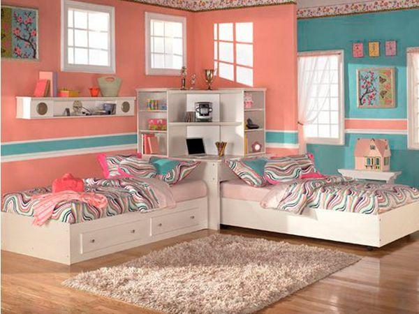 Хотите знать, какое главное отличие комнаты для двойняшек девочек? Правильно! В отличие от мальчишечьей детской, здесь родителям нужно быть готовыми отвести основное место под шкафы. Большие, вместительные, они должны поместить все богатство гардеробов, которые таятся в комнате девочек-близнецов.