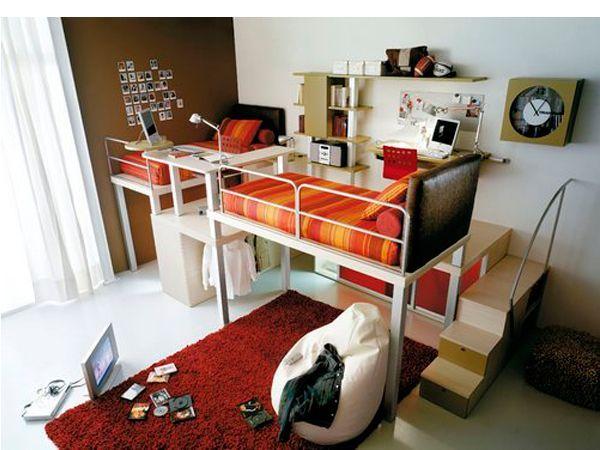 Отличной идеей для обустройства детской комнаты для мальчиков станет двухъярусная кровать или даже кровати, расположенные на разных уровнях. В такой конструкции всегда присутствует игровой момент, который нравится детям.