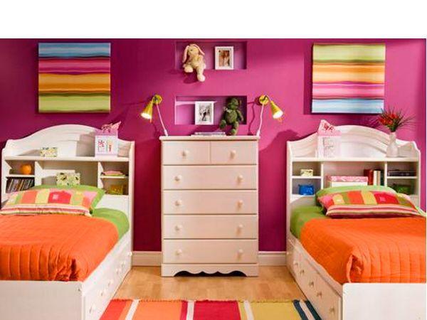 Если вашей семье посчастливилось воспитывать двоих девочек-близнецов, вас ждет увлекательное планирование интерьера комнаты для них. Девочки – существа капризные, а когда их две, главное – учесть вкусы и желания обеих.  Учитывая, что многим девочкам нравится розовый цвет, будет уместно использовать его в интерьере детской.