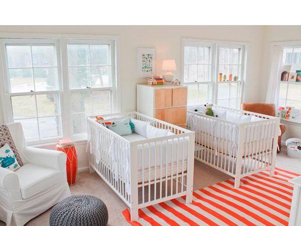 Декорировать так комнату для младенцев не стоит. В детстве очень важно чувствовать себя частью целого, стремление к индивидуальности появляется позже. Поэтому вы смело можете делать помещение без разделения на половины.