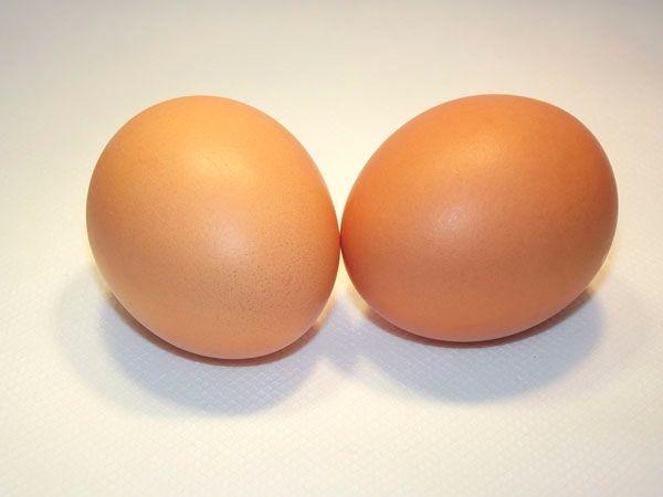 Собираясь в гости или на банкет, где предвидится обильный ужин, дома съешьте два сваренных всмятку яйца. Это обеспечит чувство сытости, и вам легче будет устоять перед искушениями.