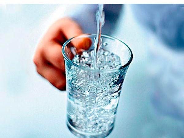 За 10 минут до каждого приема пищи желательно выпить стакан столовой минеральной воды. Желудок наполняется, голод ощущается меньше. К тому же вы получаете минеральные вещества, ускоряющие пищеварение.