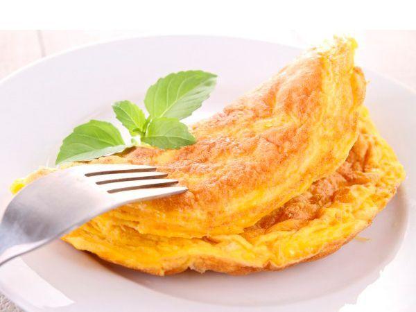 Чтобы яичница была как можно менее калорийной, добавьте на 2 яйца 1 столовую ложку воды, взбейте и жарьте без масла.  Это- оптимальный ужин для тех, кто стремится похудеть.