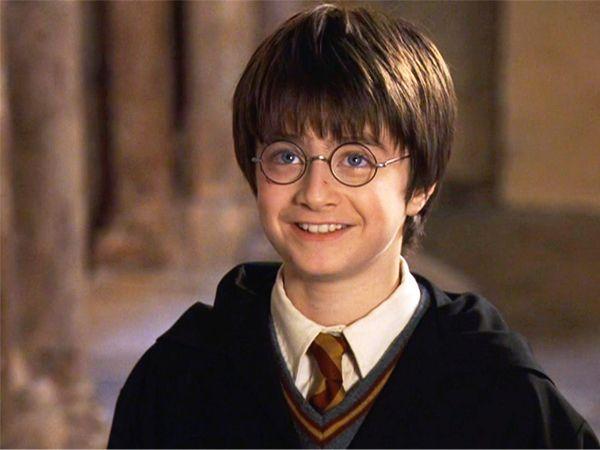 """""""Гарри Поттер и философский камень"""". Гарри Поттеру всего 10 лет, он обычный лондонский мальчик. И вот внезапно он узнает, что обладает магической силой, которая передалась ему от погибших родителей, могущественных волшебников."""