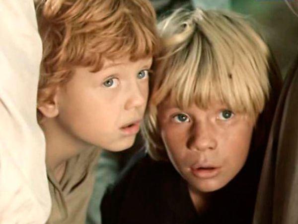 Экранизация самого знаменитого романа американского писателя Марка Твена «Приключения Тома Сойера». Маленькие, но отважные герои разыскивают клад, становятся «пиратами», вступают в опасную схватку с индейцем Джо. Но, самое главное в этой истории — то, что они учатся быть верными друзьями и добрыми людьми.
