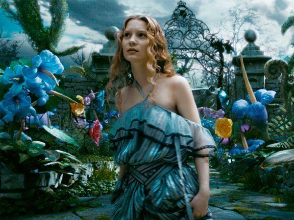 """""""Алиса в стране чудес"""". От нежелательной помолвки Алису спасает Белый Кролик. Это не обычный кролик он одетый в костюм, носит с собой карманные часы и от этого механизма он не может оторвать глаз. Белый Кролик заманивает девочку в нору, на дне которой оказался вход в огромный мир сказок и чудес."""