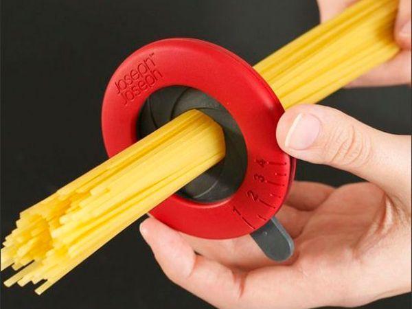 С помощью специального приспособления легко определить, сколько спагетти потребуется на одного человека.