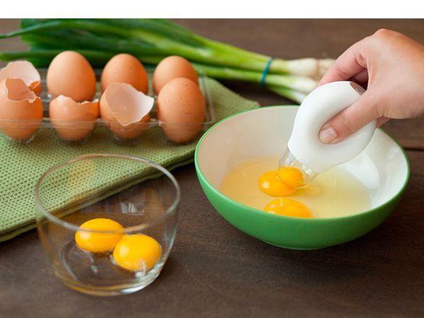 Сепаратор для яиц — простое, но невероятно удобное приспособление для отделения желтков от белков. Сначала разбейте все яйца в миску, а затем с аптекарской точностью удалите оттуда желтки с помощью сепаратора, который работает по принципу пипетки!