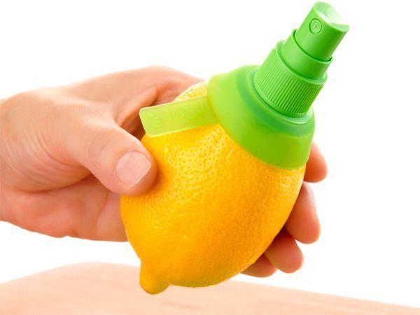 Цитрус-спрей — это приспособление для извлечения сока из цитрусовых плодов, которое работает по принципу пульверизатора. Отрежьте верхушку лимона. Ввинтите приспособление в лимон. Готово! Сбрызните блюдо соком!