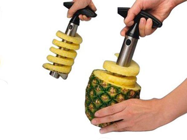 Удобное приспособление для чистки ананаса. При этом ананас нарезается кольцами, а сама кожура сохраняет форму в виде чаши. Отличный вариант для десертов.