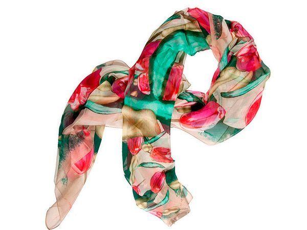 Хорошим подарком станет шелковый платок, шарф или палантин. Можно подарить кружевную хлопковую или шерстяную шаль.