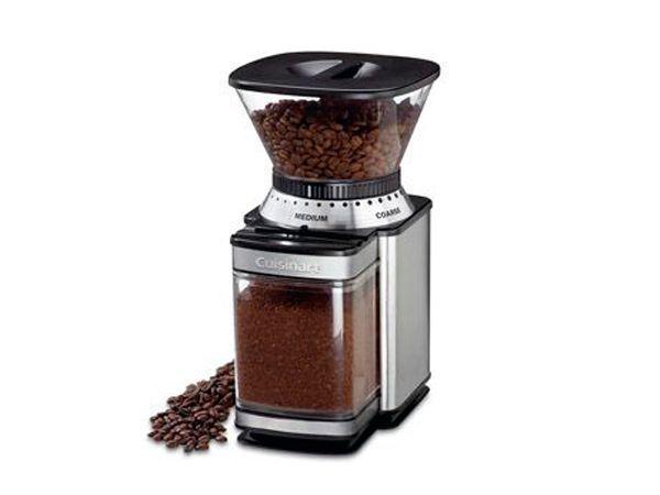 Любительнице кофе можно подарить кофемолку с туркой или кофеварку с таймером для включения.