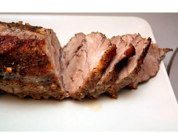 Чтобы мясо получилось мягким и сочным, перед запеканием оберните его банановой кожурой, закрепив ее ниткой. Особые ферменты сделают жесткое мясо мягким.