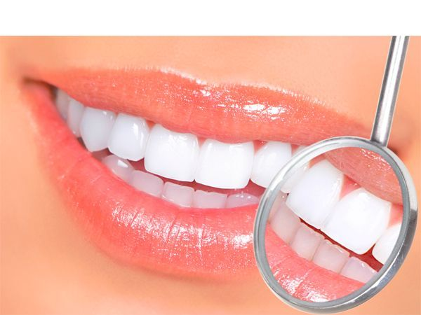 Как ни странно, но бананы могут помочь избавиться от желтоватого налета на зубах. Ежедневно трите зубы шкуркой от банана круговыми движениями не менее 2-3 минут. Через несколько недель вы увидите результаты.