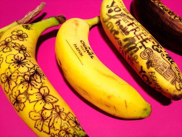 На бананах можно рисовать! Вместо кисточки используется зубочистка. Изображение процарапывается ей на кожуре банана. Чем сильнее надавливать, тем темнее будет линия. Через 5 минут можно рассмотреть, что получилось.