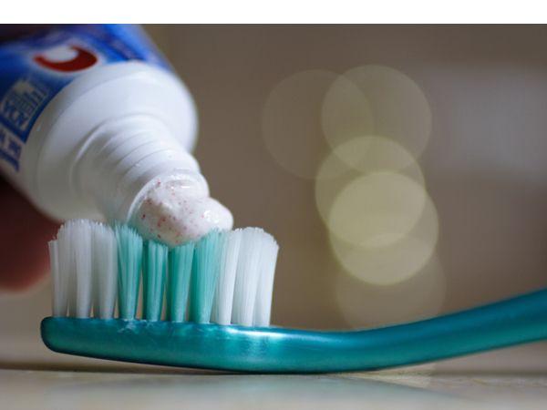 Чтобы ускорить заживление прыщей, можно нанести точечно зубную пасту на воспаленные места и оставить на ночь. Воспаление уменьшится.