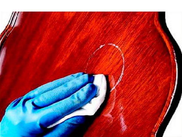 Чтобы избавиться от предательских кругов, оставленных запотевшими бокалами с напитками, нужно мягкой тряпочкой осторожно втереть в дерево зубную пасту. Затем стереть ее влажной тряпкой, дать высохнуть и нанести полироль для мебели.