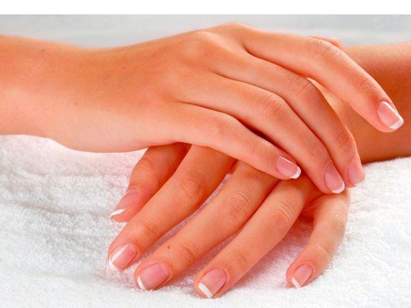 Очистить ногти до блеска поможет зубная паста. Влажной щеткой с пастой нужно помассировать ногти и смыть пасту теплой водой.