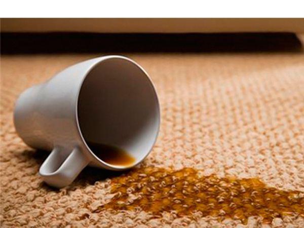 Паста удаляет пятна на коврах: необходимо нанести на пятно зубную пасту и потереть некоторое время место загрязнения жесткой щеткой. Затем немедленно прополоскать место загрязнения водой с шампунем.