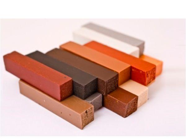 В продаже существует еще одно средство, позволяющее, скрыть царапины на лакированной мебели – это мебельный воск. Также оно поможет избавиться от трещин, сколов или вмятин на дереве и ламинированных поверхностях ДСП или МДФ.