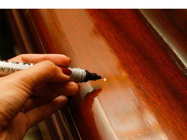 Карандаш или маркер для мебели.  Но зачастую случается, что подобрать необходимый оттенок под цвет мебели достаточно сложно.  Не огорчайтесь, на крайний случай можно воспользоваться простым карандашом или маркером подходящего цвета.