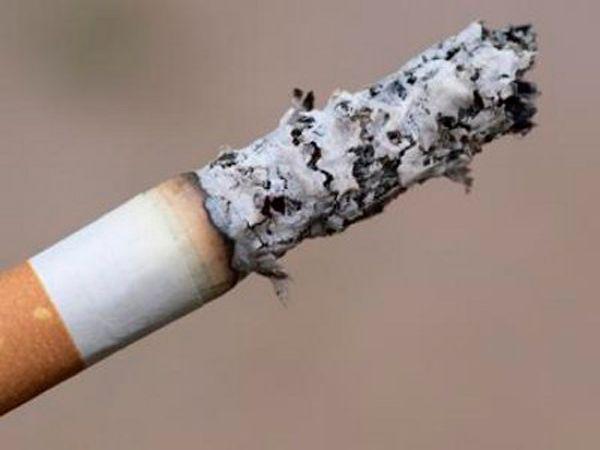 Сигаретный пепел нужно смешать с водой и сделать густую пасту. Смесь нужно втереть в поврежденное место. Вместо пепла можно использовать зубную пасту.