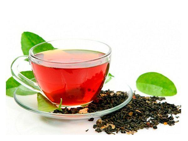 Еще один простой и действенный способ маскировки царапин! Заварите пакетик черного чая на 30 мл кипятка, дайте напитку настояться, а затем, используя ватный тампон, промойте царапину.