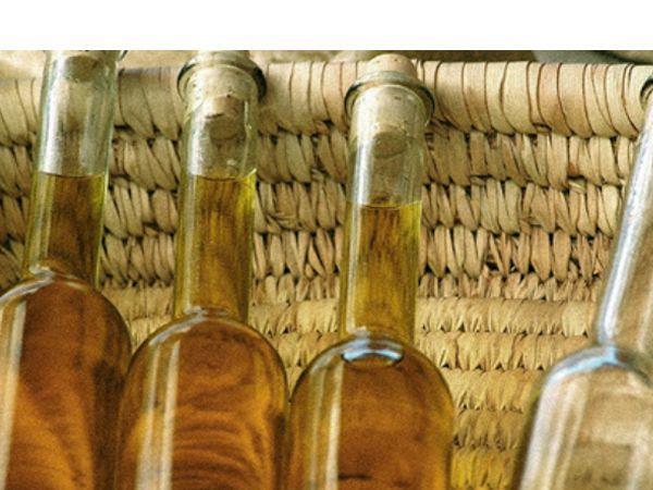 Смешайте   1/4 чашки уксуса и 3/4 чашки оливкового масла. Полученной жидкостью протрите участок с царапинами, а затем  насухо вытрите  чистой тряпкой.