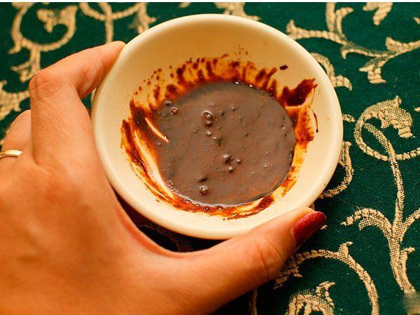 Добавьте 1 столовую ложку (28 г) гранул кофе в небольшую миску и добавьте горячую воду, чтобы получилась густая масса. Протрите этой массой царапину, стараясь не попадать на остальное дерево.