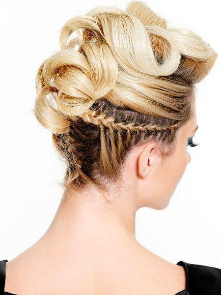 Беспроигрышным вариантом для длинных волос являются локоны, собранные в приподнятый хвост. Такую прическу можно украсить декоративными шпильками, искусственными или даже живыми цветами.