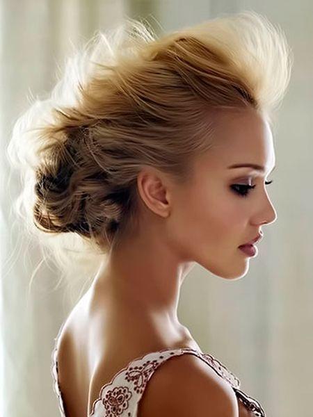 При подборе вечерней прически важно определить ваш тип волос: тонкие они или густые, легко укладываются или непослушные, прямые или вьющиеся, короткие или длинные. Возможно, для выбранной прически понадобятся накладные пряди.