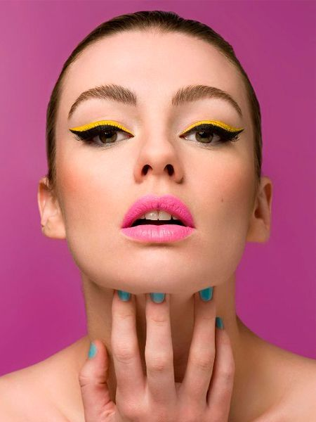 Для губ используйте губную помаду, а не блеск, чтобы также избежать ненужной жирности губ. Контур обведите контурным карандашом, цвет которого соответствует оттенку помады.