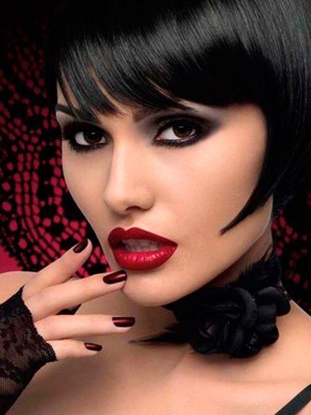Перед тем, как нанести тональную основу на лицо, обязательно нанести базу под макияжем и при помощи разноцветных жирных корректоров замаскируйте покраснения и синяки.