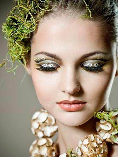 Чтобы тени лучше держались,нанесите на веко пудру, специальную базу или белую матовую тень. С летним макияжем глаз можно поиграться, чем ярче краски — тем интереснее.