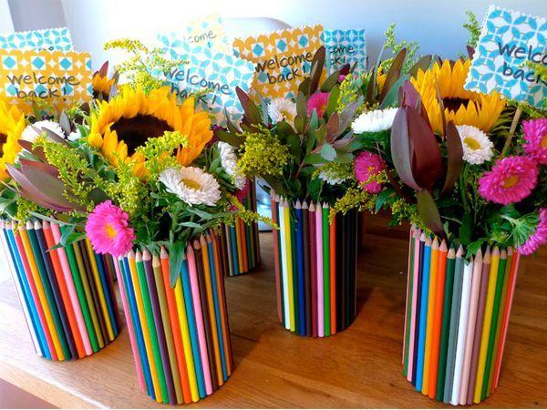 Из карандашей можно делать яркие вазочки для цветов. Причем справится с этим даже ребенок!